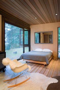 うず高く積まれた薪の山が美しいアートに昇華しているのは、背景がとてもシンプルな家だからこそ。自然を感じることを主眼に建てられたカナダの小さな隠れ家は、外から見た印象そのままに、室内もミニマリズムの精神に貫かれています。 カナダのガルフ諸島の