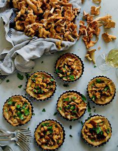 Recette Tartelettes de girolles et crème d'ail : Nettoyez les girolles.Faites chauffer du beurre dans une poêle et faites-y sauter les girolles avec 1 gouss...