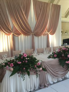 Curtain Backdrop Wedding, Wedding Backdrop Design, Ceremony Backdrop, Decoration Evenementielle, Background Decoration, Backdrop Decorations, White Wedding Decorations, Bridal Table, Creation Deco