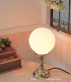 大正ロマンなミルクボウル・ガラスランプシェードと真鍮テーブルランプのセット [イネスの部屋]英国&フランスアンティークスタイルの 真鍮ブラケットライト,照明器具 をお取り扱いしています。 Table Lamp, Lighting, Home Decor, Yellow, Table Lamps, Decoration Home, Room Decor, Lights, Home Interior Design