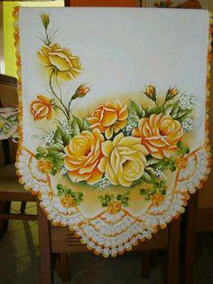 Camino de mesa rosas amarillas pintura + ganchillo