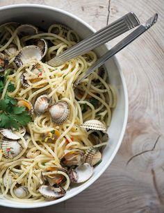 Her får du den skønne opskrift på Spaghetti Vongole - en enkel og lækker italiensk sommerret med pasta og hjertemuslinger - få opskriften her