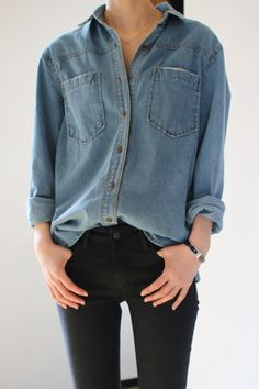 Calça preta + camisa jeans