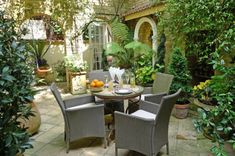 This London vacation rental is beautifully decorated and features a gorgeous private patio garden and conservatory perfect for dining and relaxing outdoors. Description from londonperfect.com. I searched for this on bing.com/images