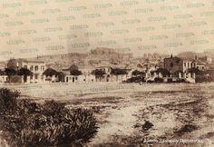 ΨΗΛΑ ΑΛΩΝΙΑ Σημείο αναφοράς για τους Πατρινούς η πλατεία των Ψηλών Αλωνίων, που πήρε την ονομασία της από τη θέση και τη χρήση που είχε ως σταφιδάλωνο τα χρόνια πριν από την απελευθέρωση της πόλης από τον Οθωμανικό ζυγό. Patras, Old Photos, Taj Mahal, Greece, Memories, History, Day, Travel, Ceiling