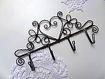 Vešiačik na kľúče, šperky...i ľahšie oblečenie... Vzdialenosť medzi háčikmi je 5 cm Predaný, veľmi rada vyrobím podobný vešiak. Vešiak zhotovený z čierneho...
