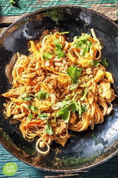 Pad thai with chicken thigh and scrambled eggs HelloFresh - Recipe for easy pad thai with chicken / noodles / Asian / Thai / peanuts / egg / fresh - Low Carb Vegetarian Recipes, Quick Healthy Meals, Healthy Recipes, Potluck Recipes, Cooking Recipes, Comida Diy, Low Carb Brasil, Thai Cooking, Good Food