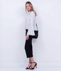 Calça feminina    Modelo cropped    Com zíper lateral    Marca: A-Collection    Tecido: alfaiataria    Composição: 58% viscose, 33% poliéster e 9% elastano    Modelo veste tamanho: 36             COLEÇÃO INVERNO 2016         Veja outras opções de    calças femininas.