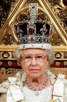La Corona Imperial de Estado ha sido modificada en dos ocasiones, la primera por la Reina Victoria que se quejaba de su peso, y la segunda en 1937, en la que fue prácticamente rehecha por la joyería Garrard & Co con motivo de la coronación de Jorge VI.