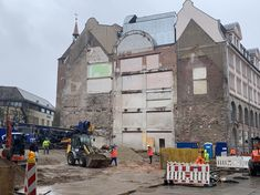 So schön kann Abbruchgeschichte sein und ein Gebäude lesbar machen – Baustelle Wöhrl. Street View, Blue Houses, Real Estate, Sustainability, House