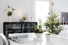 Last Sunday we decorated the Christmas tree and the living room smells heavenly after getting the traditional spruce in the house. It´s maybe not the most beautiful kind of tree,