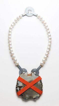Ute Eitzenhöfer Neckpiece: Untitled, 2012 Agate, freshwater pearls, plastic engraved, 925 silver, sulphured Photography: Michael Müller