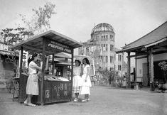 1950年代の日本がわかる貴重な写真 > 1951年8月3日、広島のこの上空で原爆が爆発して6年がたった。破壊された旧広島県産業奨励館(原爆ドーム)のそばの通りに建つ、爆風で負傷した吉川清の土産物屋。