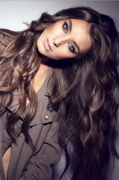 Brune, cheveux long, boucles, colorations chocolat