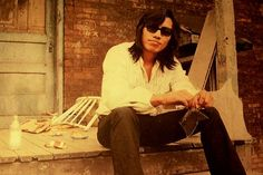 A principio de la década de 1970, un rockero de Detroit llamado Sixto Rodriguez publicó dos albumes. Las ventas fueron muy modestas, el sello musical puso término al contrato, y Rodriguez se retiró de la música para dedicarse a la demolición y a empleos en línea de producción, siempre ganando bajos salarios. Lo que ignoraba, es que su música se había vuelto de culto en Sudáfrica. Se rumoreaba que había muerto de suicidio, pero mientras Rodriguez era un trabajador anónimo en Detroit, algunas…