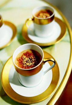 Pour mettre de l'originalité au menu de Noël voici une crème brûlée foie gras cacahuète. Un mélange de saveurs inédit et très équilibré.