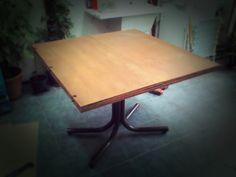 Mesa plegable en 3 hojas color cedro.