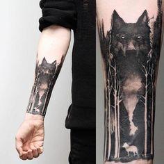 tatuaje geometrico, tatuaje negro surrealista en el antebrazo, lobo grande con ojos blancos, bosque