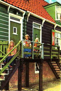Marken vrouwen in klederdracht #NoordHolland #Marken