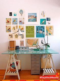 Um pouco de inspiração cai bem. Mesa para home office feita com cavaletes e tampo de vidro. Achamos super prático e lindo. #Decoração #HomeOffice #Reciclagem