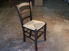 <b>Silla de madera </b> modelo Catania de haya vaporizada. Fabricada  artesanalmente,   en barniz o laca, admite pequeñas modificaciones bajo presupuesto. Los asientos pueden ser en tablero de madera, enea o tapizado( tela del tapizado a gusto  del cliente).Especialmente indicada para hostelería<br>Silla de madera para  comedor indicada  para su uso en<b> hostelería, restaurantes, cafeterías y bares </b> por su gran resistencia, así como para <b> decoración.</b>