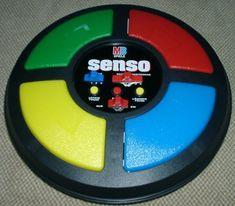 Was haben wir in den 80er Jahren Senso gespielt... Für alle die das Spiel nicht kennen: Die vier Farbfelder leuchten in unterschiedlicher Reihenfolge und geben einen Ton von sich. Man muss sich nun diese Reihenfolge merken und dann in korrekt wieder über die Farbtasten eingeben. Mit jeder Runde kommt eine weitere Farbkombination dazu und außerdem…