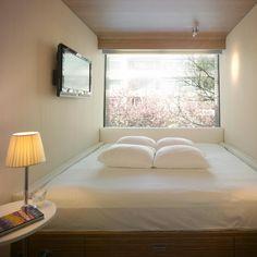 Ein Zimmer, das hauptsächlich aus einem großen Bett besteht: Mit dem richtigen...