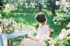 Легкая и воздушная будуарная съемка в лучах утреннего весеннего солнца, наполненная нежнейшим ароматом цветущих яблонь и трепетным ожиданием встречи.