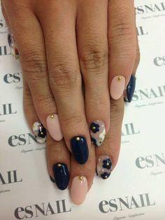 5. Manicure bicolore nude & blu con punte luce color oro