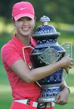 Hands down the prettiest golf trophy we've ever seen: blue & white ceramic Lorena Ochoa Invitational 2009 trophy in the arms of Michelle Wie (her LPGA Win) Michelle Wie, Lpga Golf, Golf Exercises, Men Workouts, Flexibility Exercises, Stretches, Golf Photography, Golf Lessons, Golf Gifts
