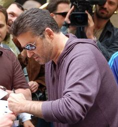 http://vignette2.wikia.nocookie.net/lefthand/images/5/5b/George_Michael_signing_autographs.PNG/revision/latest?cb=20100603025308 He wrote beautifully with his left hand. He is so hot!!