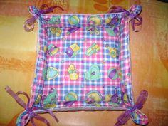 DIY Une corbeille en tissu. (http://lesbricolesdebetty.over-blog.com/article-tuto-corbeille-en-tissu-61281663.html)