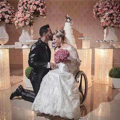 Momento lindoooo! . #universodasnoivas #noiva #noivas #wedding #casamento #padre #casamentos #vestido #vestidos #voucasar #noivado #amei  #noivo #noivos