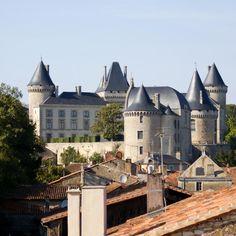 L'imposant château de Verteuil se dresse sur un éperon dominant le cours de la Charente. Il est reconstruit au 15°s par la famille de La Rochefoucauld qui est d'ailleurs toujours propriétaire des lieux. Il a été largement remanié au cours des ciècles et particulièrement au 19°s dans le style néo-gothique de l'époque.