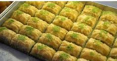Er du blevet helt vild med baklava på rejsen til Tyrkiet. Så får du her opskriften på tyrkisk hjemmelavet baklava, som du kan prøve dig frem med. Healthy Eating Tips, Healthy Nutrition, Turkish Baklava, Beef Recipes, Healthy Recipes, Drink Recipes, A Food, Food And Drink, Greek Sweets