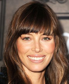 See the latest hair, makeup and fashion trends and what the stars are wearing. Then enhance your own style with fashion tips and beauty secrets. Long Face Shapes, Long Faces, Q Hair, Hair Dos, Hair Bangs, Jessica Biel, Hairstyles With Bangs, Pretty Hairstyles, Straight Across Bangs