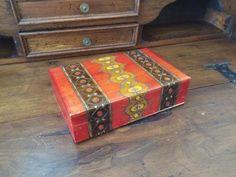 Cofanetto porta gioielli in legno  / Cofanetto etnico / Portagioie in legno colorato marrone, arancio e giallo / Svuotasche in legno di VintaFai su Etsy