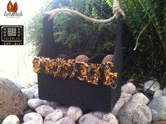 Jardinera con detalle de flor de tela tejida Amarillo Negro Print  acabado: derivado de caucho. Contenido : 15 trufas grandes.