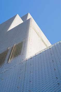 minimalist great facade of New Art Museum in New-York / SANAA architects. Expanded Metal Mesh, Architect Logo, New York Museums, New Museum, Metal Panels, Building Facade, Museum Of Contemporary Art, Facade Architecture, Futuristic Architecture