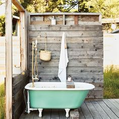 The best part about living in Los Angeles is the year-round perfect weather! This outdoor bathtub would be perfect post-beach day with a glass of 🍷 DRE New Bathroom Ideas, Rustic Bathroom Designs, Modern Bathroom Decor, Bathroom Tubs, Brown Bathroom, Small Bathroom, Outdoor Bathtub, Outdoor Bathrooms, Outdoor Showers