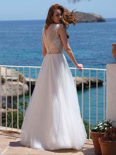 Traumhaftes Brautkleid mit einem Oberteil aus Spitze und fließendem Rock. Formal Dresses, Wedding Dresses, Rock, Fashion, Photos, Dress Wedding, Lace, Bridal Gown, Dresses For Formal