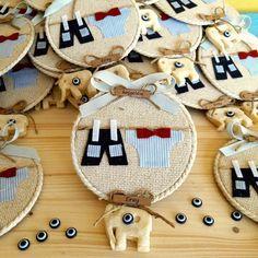 Giysili erkek bebek magneti tamamen el yapımıdır. Doğumgünü, doğum ve özel günlerde bebeğinizin kutlamalarında dağıtmanız için çok şık bir hatıralıktır. Baby Shower Parties, Baby Shower Favors, Baby Crafts, Diy And Crafts, Elephant Cross Stitch, Gift Wraping, Baby Hamper, Hand Embroidery Art, Baby Art