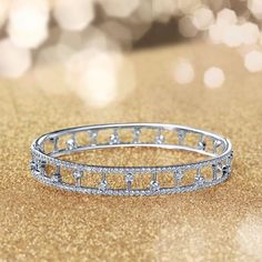 Sparkling in the joyous Christmas lights, our Dewdrop bracelet is the perfect finishing touch #sparklingseason #thehomeofdiamonds #diamondmastery #debeerslondon