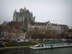 Auxerre : River (Yonne) con una chiatta banchina della Marina, case della città e la Cattedrale di Santo Stefano in stile gotico
