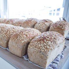 Saftig havrebrød er favorittbrødet i familien til Elise. En måned med havrebrød kan gjøres unna på en søndag! Norwegian Food, Vegan Bread, Bread Bun, Bread Machine Recipes, Diy Food, Bread Baking, Yummy Cakes, No Bake Cake, Love Food