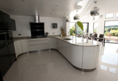 The U-shaped kitchen design have evolved in many styles and color combinations. Here are top 20 such U-Shaped kitchen design ideas with photos to explore. Cheap Kitchen Remodel, Galley Kitchen Remodel, Ranch Kitchen, Kitchen Remodeling, Kitchen Cabinet Layout, Kitchen Cabinets, Dark Cabinets, Handleless Kitchen, U Shaped Kitchen