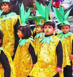 Vistoso desfile infantil de carnaval de piña, con una bolsa amarilla queda chulisimo goo.gl/vqdZU0