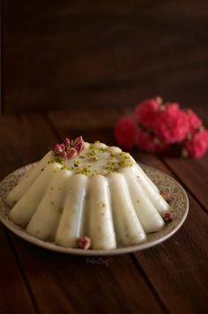 Hafif sütlü tatlıları hepimiz çok seviyoruz öyle değil mi? Sütlü tatlılar her ne kadar mevsimsiz tatlılar olsalar da yaz mevsiminde daha çok aranıyorlar. Bugünkü tarifim de yaz sıcaklarında iyi gidecek, çok hafif ve çok lezzetli bir tatlı. İlk olarak sevgili Mine'de (Mis Kokulu Lezzetler)