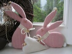 Bunnies are one of the important symbols for Easter holiday. There are very creative Easter bunny crafts that you can do it by yourself. Look at these amazing Easter bunny decorations for this Easter. Easter Projects, Easter Crafts For Kids, Easter Ideas, Easter Bunny Decorations, Easter Wreaths, Easter Garland, Diy Ostern, Fabric Animals, Bunny Crafts