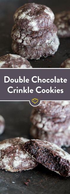 Man nehme eine Tafel Schokolade, mische sie mit Kakao, wende sie nach dem Backen mit Puderzucker und - fertig sind unsere Double Chocoalte Crinkle Cookies.
